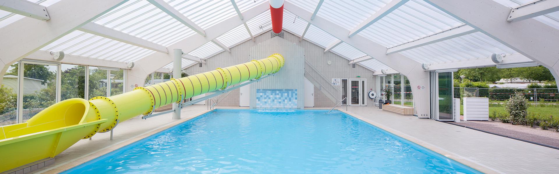 Overzicht zwembad met glijbaan